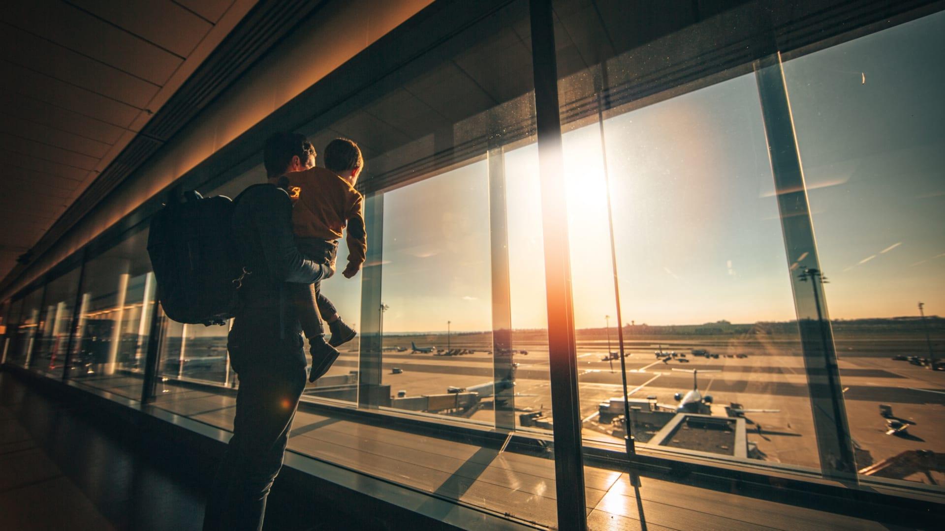Vater und Sohn am Flughafen